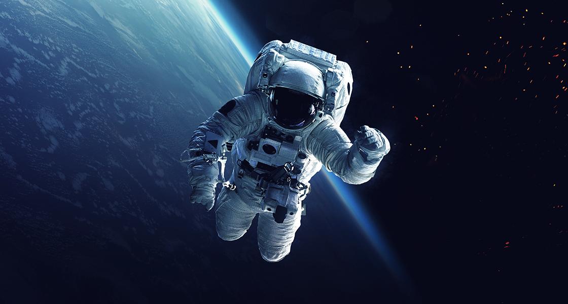 Astronauta y transbordador espacial orbitando la Tierra